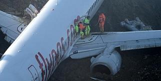 Pistten çıkan uçak denize kayıyor