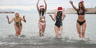 Rus güzeller, denize girerek yeni yılı kutladı