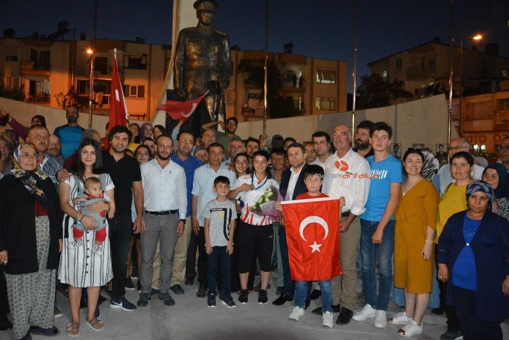 2019/08/dunya-plaj-guresi-dunya-sampiyonu-zeynepe-memleketinde-davul-zurnali-karsilama-20190812AW77-5.jpg
