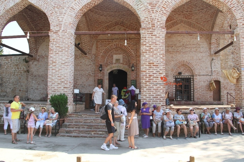 2019/09/alanyada-788-yillik-tarihi-camiye-turistlerin-yogun-ilgisi-20190910AW79-10.jpg