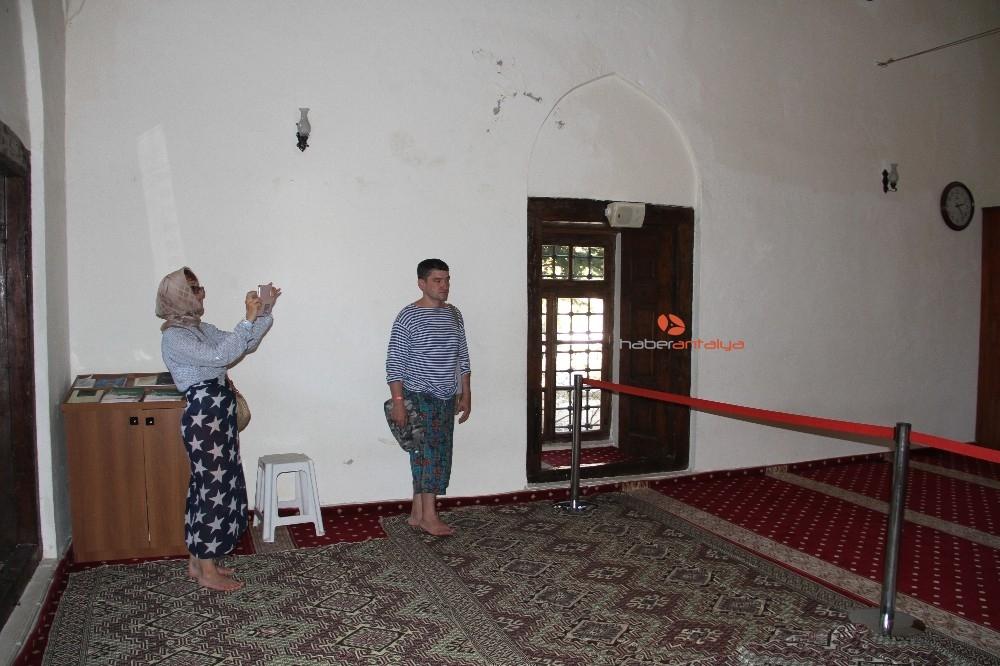 2019/09/alanyada-788-yillik-tarihi-camiye-turistlerin-yogun-ilgisi-20190910AW79-4.jpg