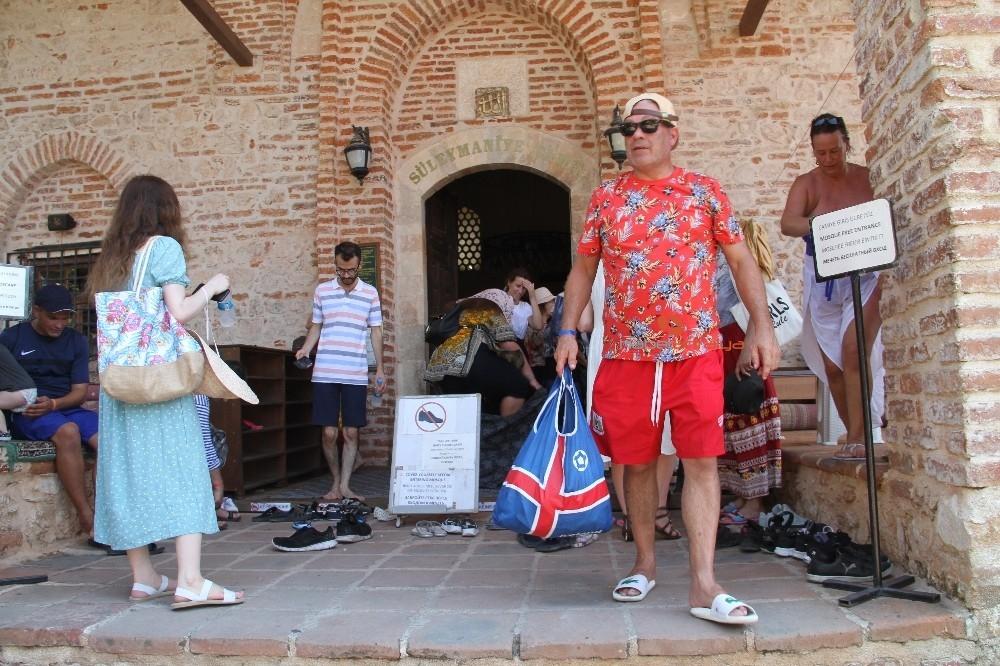 2019/09/alanyada-788-yillik-tarihi-camiye-turistlerin-yogun-ilgisi-20190910AW79-5.jpg