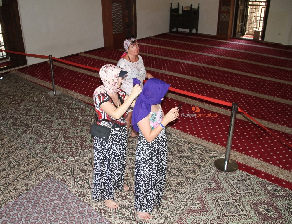 2019/09/alanyada-788-yillik-tarihi-camiye-turistlerin-yogun-ilgisi-20190910AW79-6.jpg