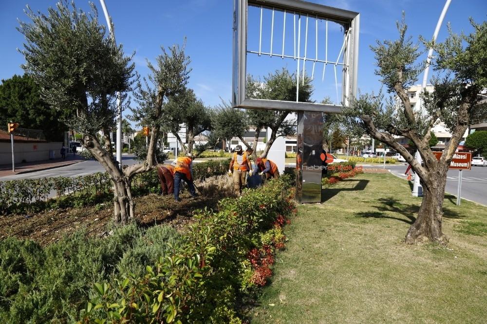 2019/11/manavgat-belediyesi-ana-caddelerde-hizmet-seferberligi-baslatti-20191121AW86-6.jpg