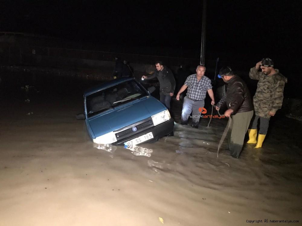 2019/12/antalyada-su-basan-seralarda-tahliye-islemleri-devam-ediyor-20191213AW88-1.jpg