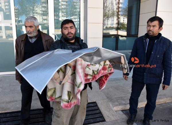 2019/12/fakirlik-boyle-bir-sey-minik-kizinin-cenazesini-battaniyeye-sarip-goturdu-4fff944130ec-2.jpg