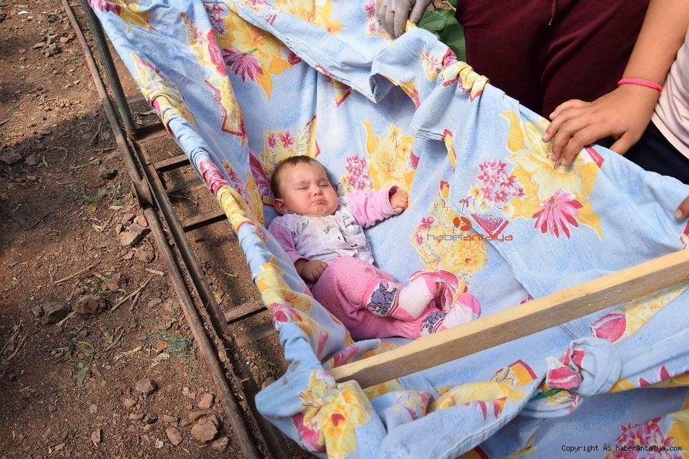 2020/03/bebekleriyle-seralara-tasindilar--20200325AW97-2.jpg