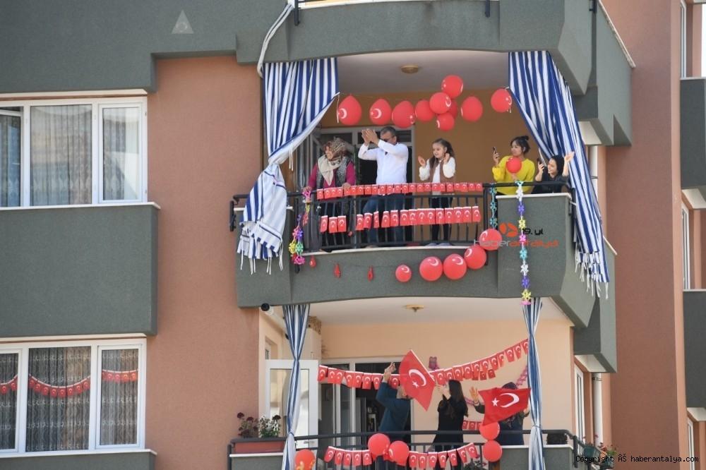2020/04/konyaalti-23-nisan-coskusunu-balkonlarda-yasadi-20200423AW00-4.jpg