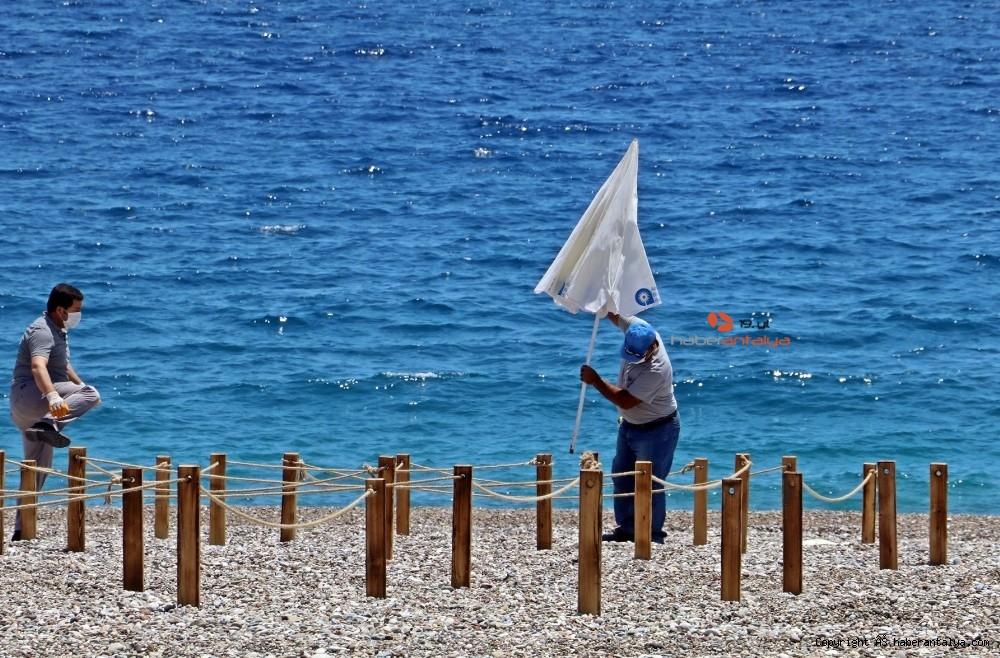 2020/05/dunyaca-unlu-sahilde-sezlong-ve-semsiyeler-sosyal-mesafeli-yeni-duzene-gore-yerini-aldi-20200526AW02-1.jpg