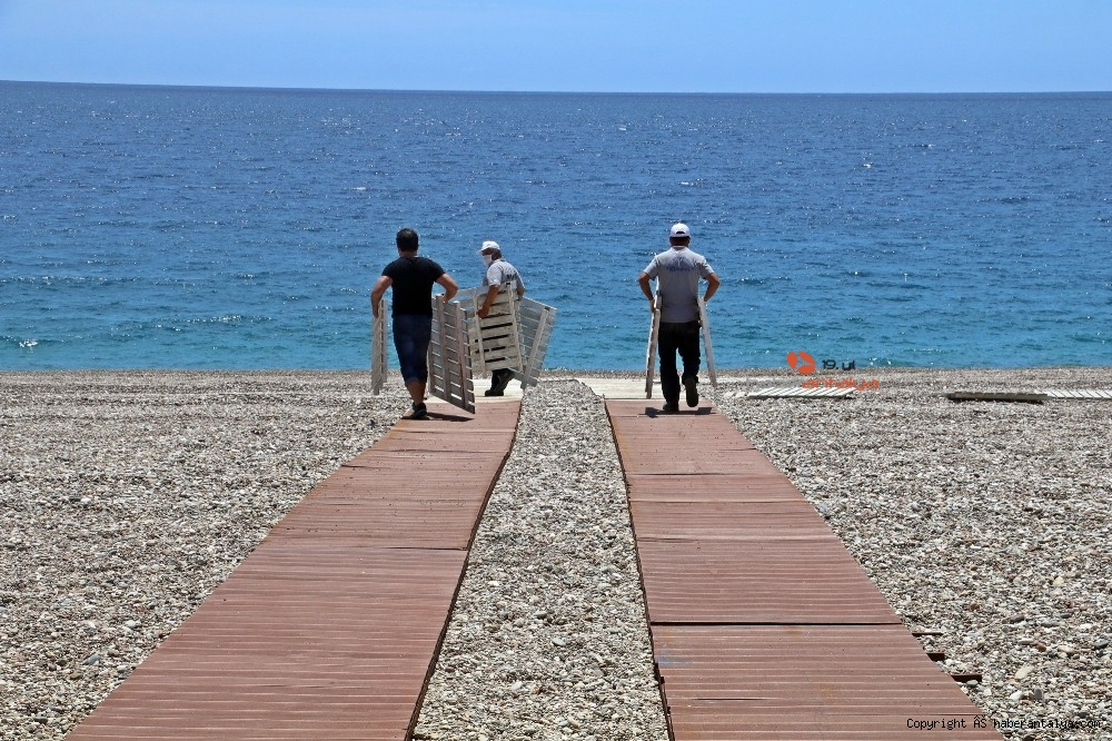 2020/05/dunyaca-unlu-sahilde-sezlong-ve-semsiyeler-sosyal-mesafeli-yeni-duzene-gore-yerini-aldi-20200526AW02-11.jpg