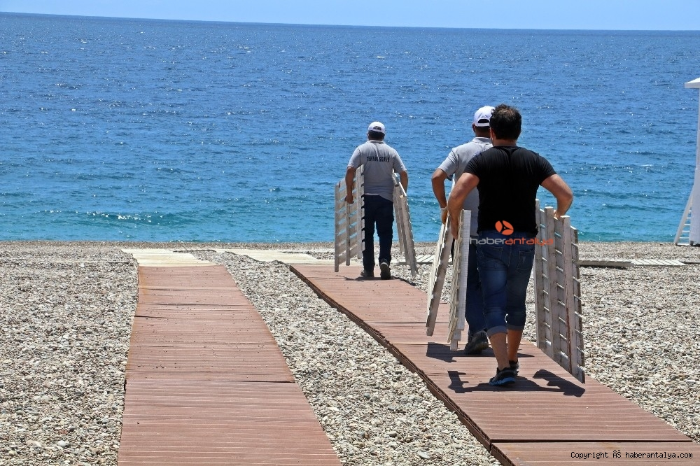 2020/05/dunyaca-unlu-sahilde-sezlong-ve-semsiyeler-sosyal-mesafeli-yeni-duzene-gore-yerini-aldi-20200526AW02-12.jpg