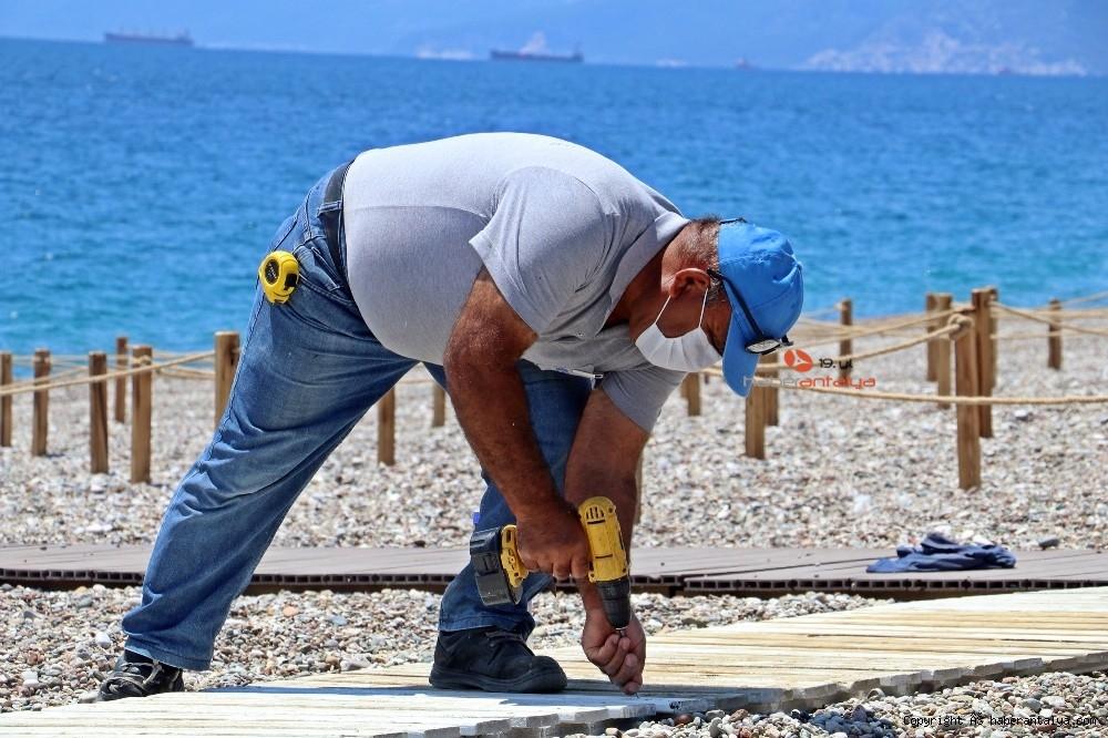 2020/05/dunyaca-unlu-sahilde-sezlong-ve-semsiyeler-sosyal-mesafeli-yeni-duzene-gore-yerini-aldi-20200526AW02-13.jpg