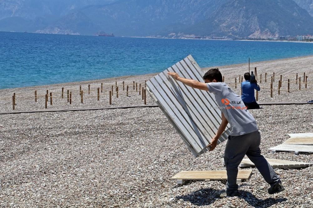 2020/05/dunyaca-unlu-sahilde-sezlong-ve-semsiyeler-sosyal-mesafeli-yeni-duzene-gore-yerini-aldi-20200526AW02-15.jpg