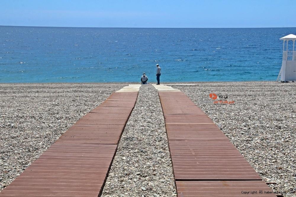 2020/05/dunyaca-unlu-sahilde-sezlong-ve-semsiyeler-sosyal-mesafeli-yeni-duzene-gore-yerini-aldi-20200526AW02-16.jpg