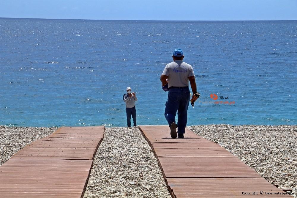 2020/05/dunyaca-unlu-sahilde-sezlong-ve-semsiyeler-sosyal-mesafeli-yeni-duzene-gore-yerini-aldi-20200526AW02-17.jpg