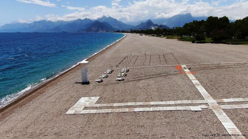 2020/05/dunyaca-unlu-sahilde-sezlong-ve-semsiyeler-sosyal-mesafeli-yeni-duzene-gore-yerini-aldi-20200526AW02-2.jpg