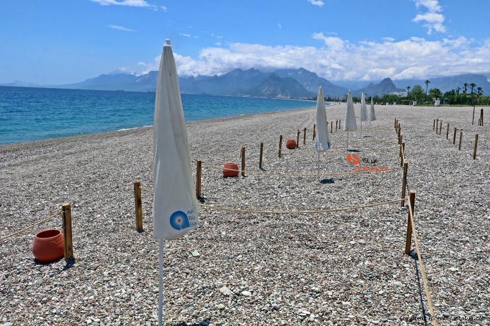 2020/05/dunyaca-unlu-sahilde-sezlong-ve-semsiyeler-sosyal-mesafeli-yeni-duzene-gore-yerini-aldi-20200526AW02-6.jpg