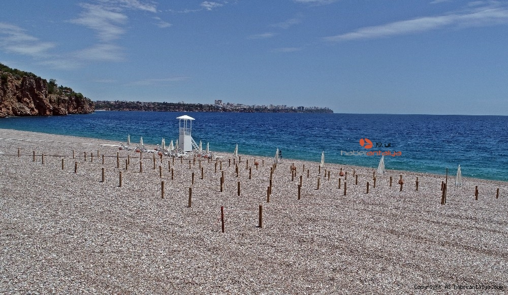 2020/05/dunyaca-unlu-sahilde-sezlong-ve-semsiyeler-sosyal-mesafeli-yeni-duzene-gore-yerini-aldi-20200526AW02-7.jpg