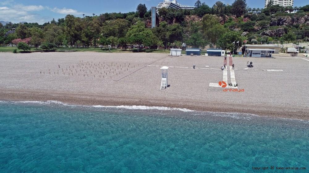 2020/05/dunyaca-unlu-sahilde-sezlong-ve-semsiyeler-sosyal-mesafeli-yeni-duzene-gore-yerini-aldi-20200526AW02-8.jpg
