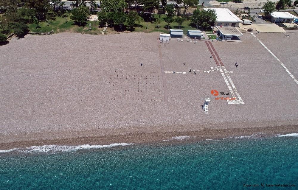 2020/05/dunyaca-unlu-sahilde-sezlong-ve-semsiyeler-sosyal-mesafeli-yeni-duzene-gore-yerini-aldi-20200526AW02-9.jpg