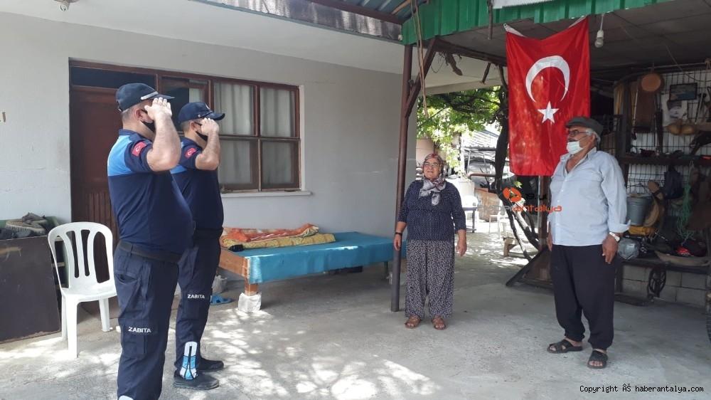 2020/05/evinden-cikamayan-ailenin-turk-bayragini-zabita-ekipleri-getirdi-20200519AW02-1.jpg