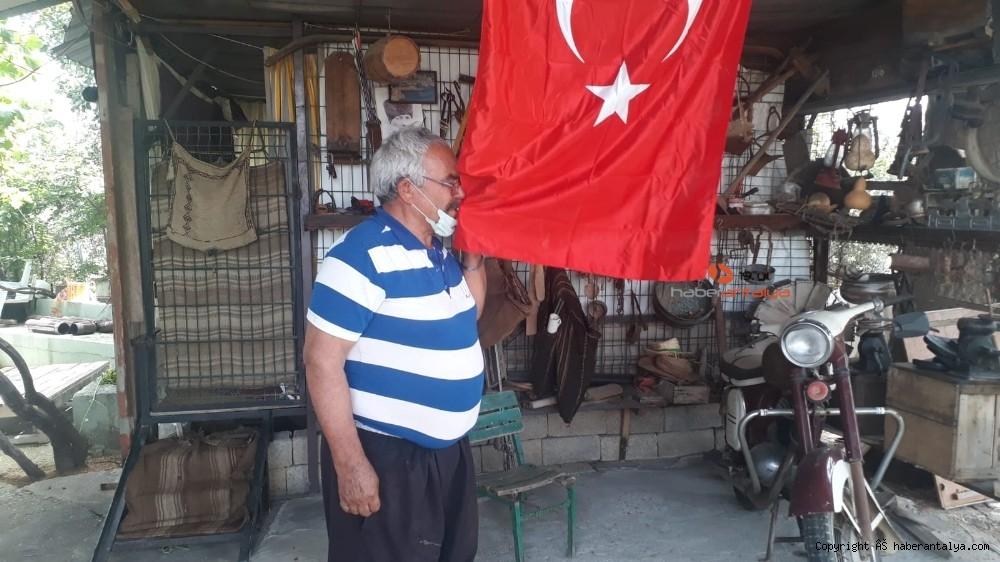 2020/05/evinden-cikamayan-ailenin-turk-bayragini-zabita-ekipleri-getirdi-20200519AW02-2.jpg