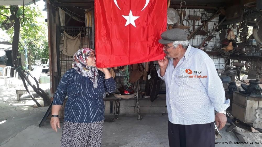 2020/05/evinden-cikamayan-ailenin-turk-bayragini-zabita-ekipleri-getirdi-20200519AW02-3.jpg