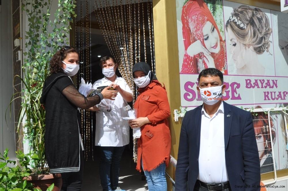 2020/05/korkutelinde-bayram-oncesi-esnafa-maske-dagitildi-20200522AW02-5.jpg
