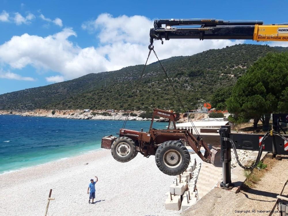 2020/05/plaj-hazirligi-icin-is-makineleri-vinclerle-indirildi--20200528AW02-1.jpg