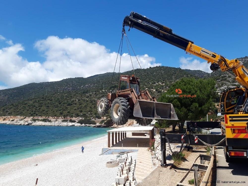 2020/05/plaj-hazirligi-icin-is-makineleri-vinclerle-indirildi--20200528AW02-5.jpg