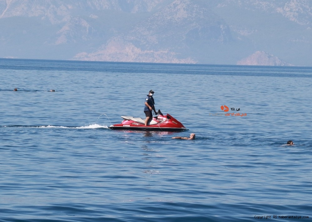 2020/07/deniz-polisi-dunyaca-unlu-sahil-ve-koylari-tek-dolasip-maske-ve-sosyal-mesafeyi-denetledi-20200703AW05-11.jpg