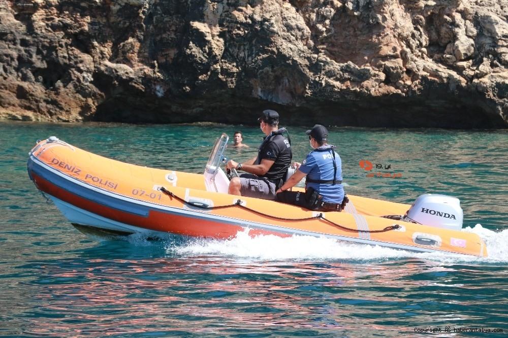 2020/07/deniz-polisi-dunyaca-unlu-sahil-ve-koylari-tek-dolasip-maske-ve-sosyal-mesafeyi-denetledi-20200703AW05-4.jpg