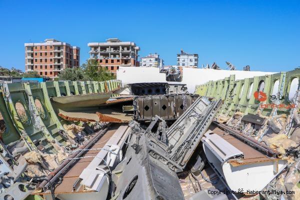 2020/07/hasar-goren-yolcu-ucagi-hurdalikta-alici-bekliyor-23562587ecde-5.jpg