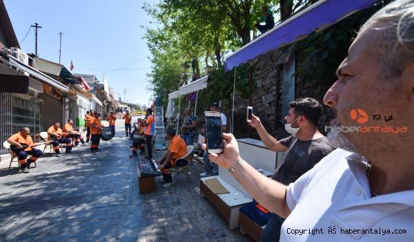 2020/07/hem-sokaklarimizi-hem-kulaklarimizin-pasini-temizliyorlar--772db3612e40-3.jpg