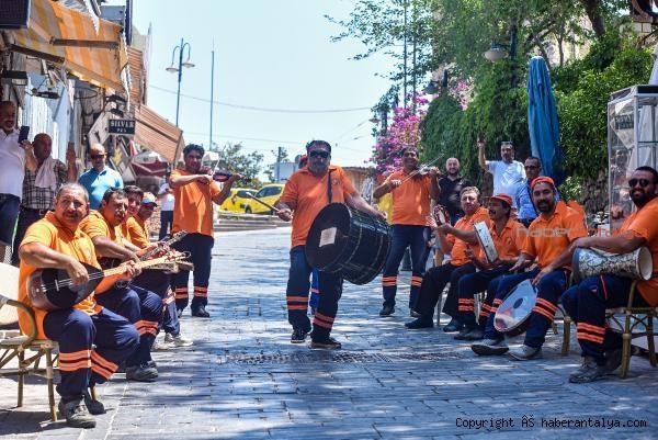 2020/07/hem-sokaklarimizi-hem-kulaklarimizin-pasini-temizliyorlar--772db3612e40-5.jpg