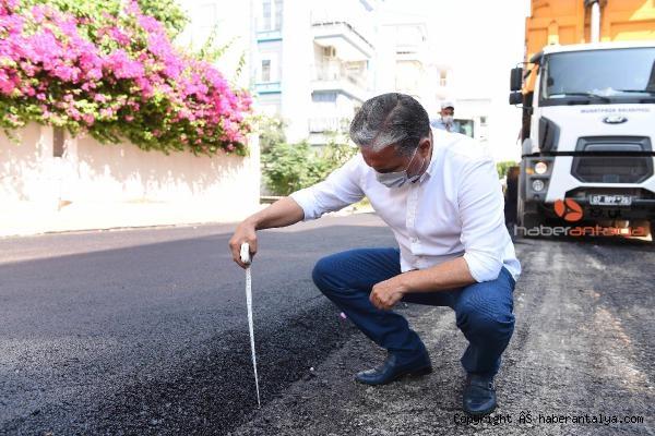 2020/09/baskan-uysal-metreyle-asfaltin-kalinligini-olctu-9c59878c8ae1-3.jpg