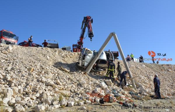 2020/09/beton-direge-carpan-otomobildeki-kadin-oldu-oglu-ve-esi-yaralandi-aba0f2735296-2.jpg