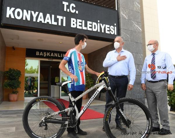 2020/09/konyaalti-bisikletcisi-emir-altug-yurt-downhill-sampiyonu-228edd8b923e-3.jpg