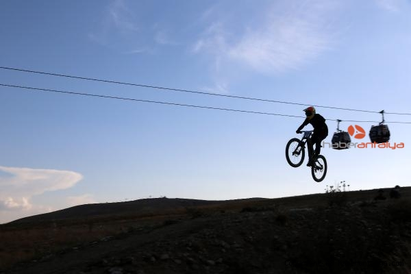 2020/09/konyaalti-bisikletcisi-emir-altug-yurt-downhill-sampiyonu-228edd8b923e-5.jpg
