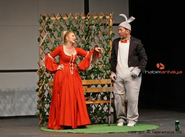 2020/09/tiyatro-bulusmalari-iki-bekar-ile-sona-erdi-8e27690baab3-3.jpg