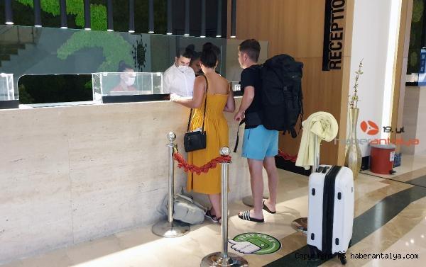 2020/09/turizm-calisanlari-islerinin-basinda-olmaktan-memnun-mu--c5beedd79e68-1.jpg