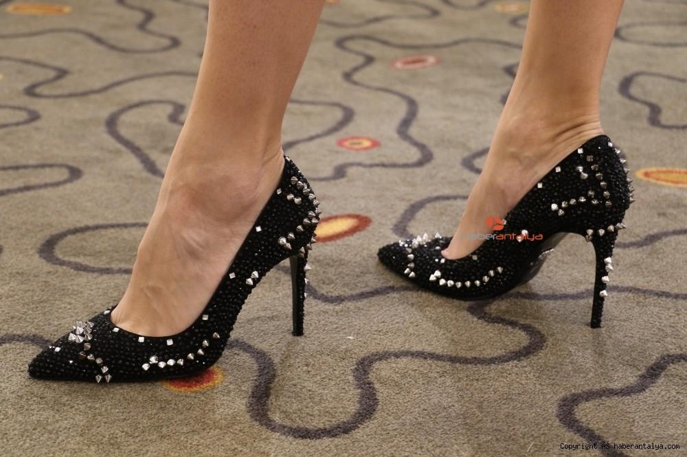 2020/10/bu-ayakkabi-fiyati-ile-dudak-ucuklatiyor--20201028AW15-1.jpg