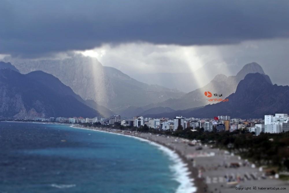 2020/10/dunyaca-unlu-sahildeki-manzarayi-gorenler-cep-telefonlarina-sarildi-20201029AW15-1.jpg