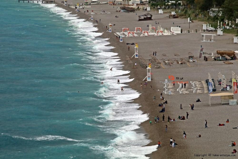 2020/10/dunyaca-unlu-sahildeki-manzarayi-gorenler-cep-telefonlarina-sarildi-20201029AW15-10.jpg
