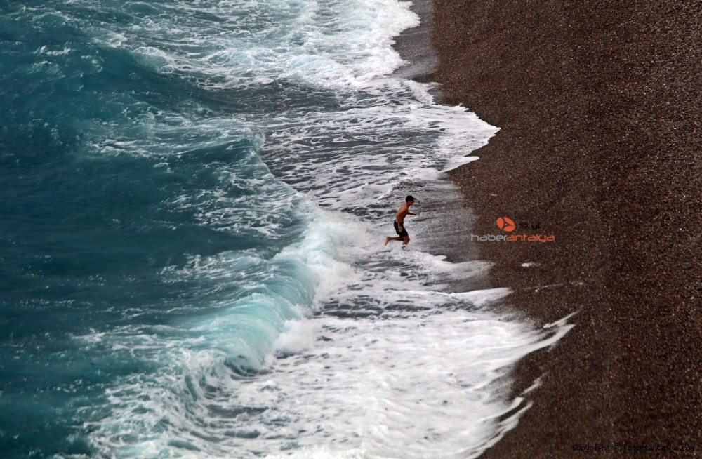 2020/10/dunyaca-unlu-sahildeki-manzarayi-gorenler-cep-telefonlarina-sarildi-20201029AW15-11.jpg