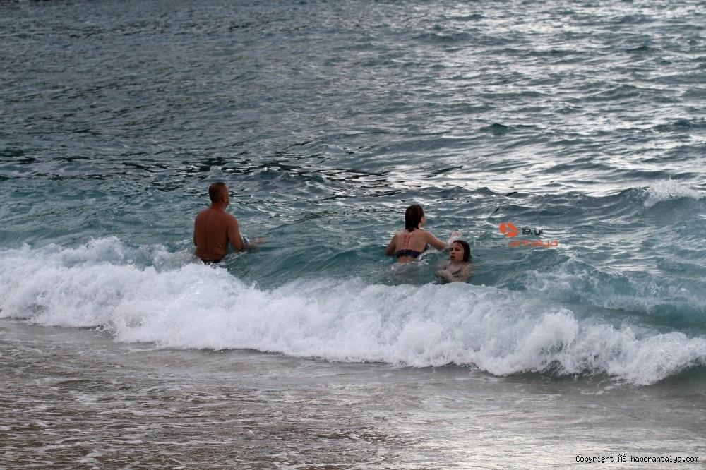 2020/10/turistlerin-kapali-havada-dev-dalgali-deniz-keyfi-20201028AW15-11.jpg