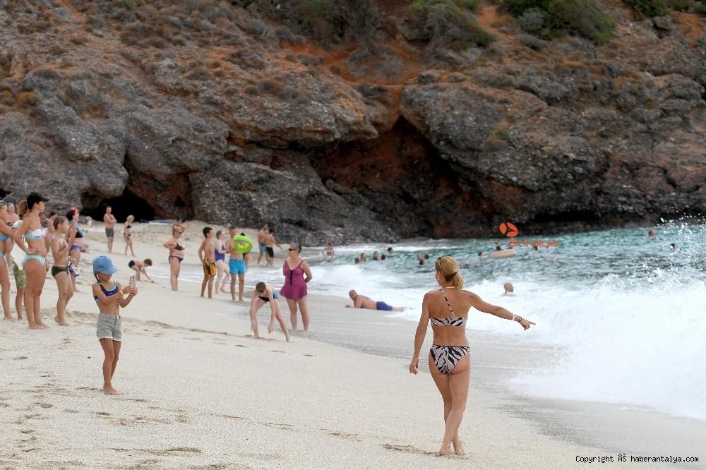 2020/10/turistlerin-kapali-havada-dev-dalgali-deniz-keyfi-20201028AW15-12.jpg