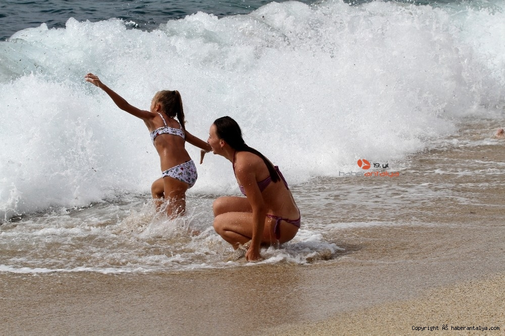 2020/10/turistlerin-kapali-havada-dev-dalgali-deniz-keyfi-20201028AW15-25.jpg