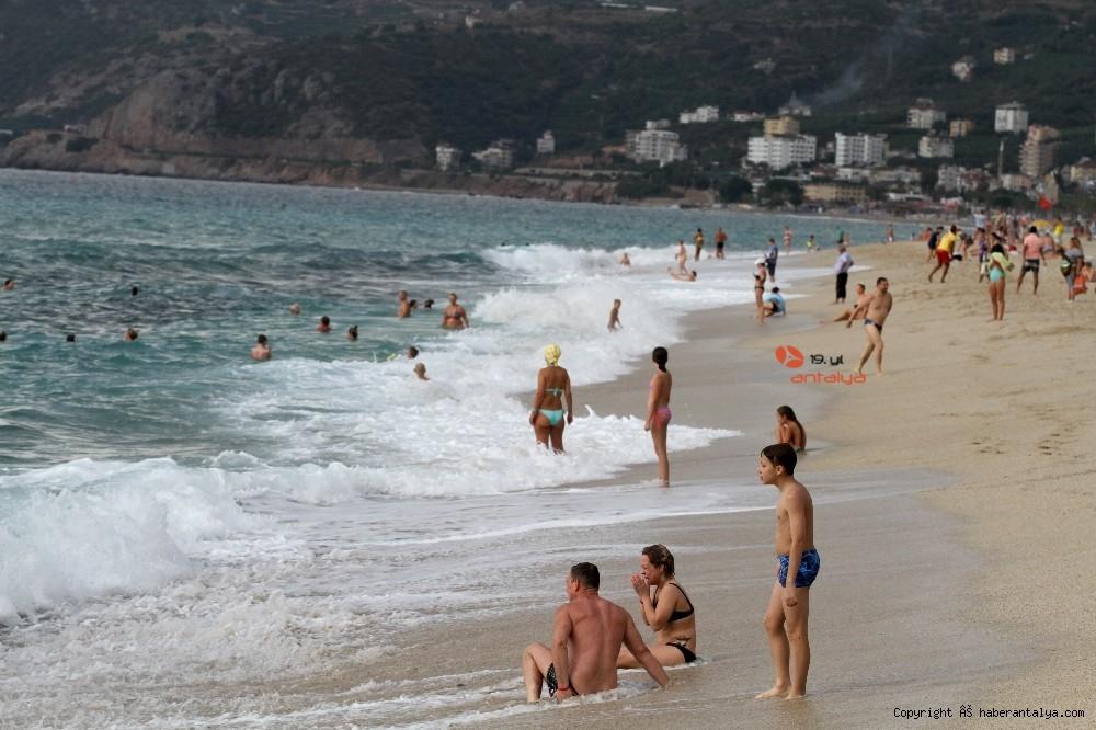 2020/10/turistlerin-kapali-havada-dev-dalgali-deniz-keyfi-20201028AW15-37.jpg