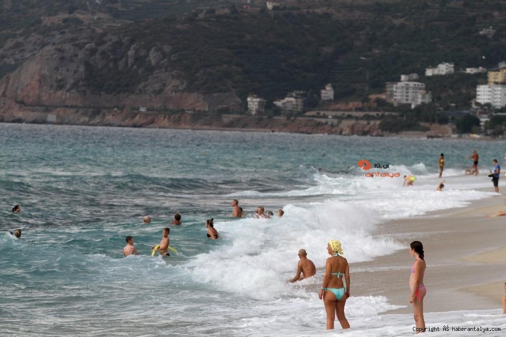 2020/10/turistlerin-kapali-havada-dev-dalgali-deniz-keyfi-20201028AW15-38.jpg